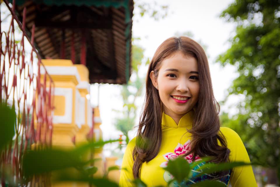 Người đẹp chung kết Miss Photo 2017 Ngô Đoàn Đoan Trinh tươi tắn trong nắng xuân phương Nam. Năm 2018. Đoan Trinh đã lên xe hoa và cô cũng là gương mặt đầu tiên trong dàn thí sinh chung kết Miss Photo 2017 đã