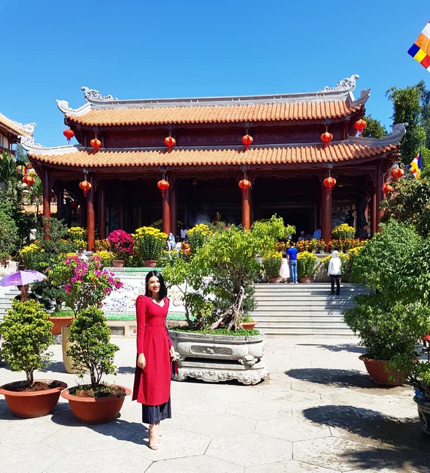 Top 10 Miss Photo 2017 Phạm Diễm Nhi mặc áo dài cách tân đi lễ chùa đầu năm ở Nha Trang