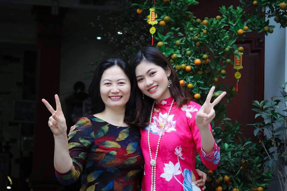 Hoa khôi Vũ Hương Giang bên mẹ. Có thể thấy, Miss Photo 2017 thừa hưởng nhiều nét đẹp từ mẹ