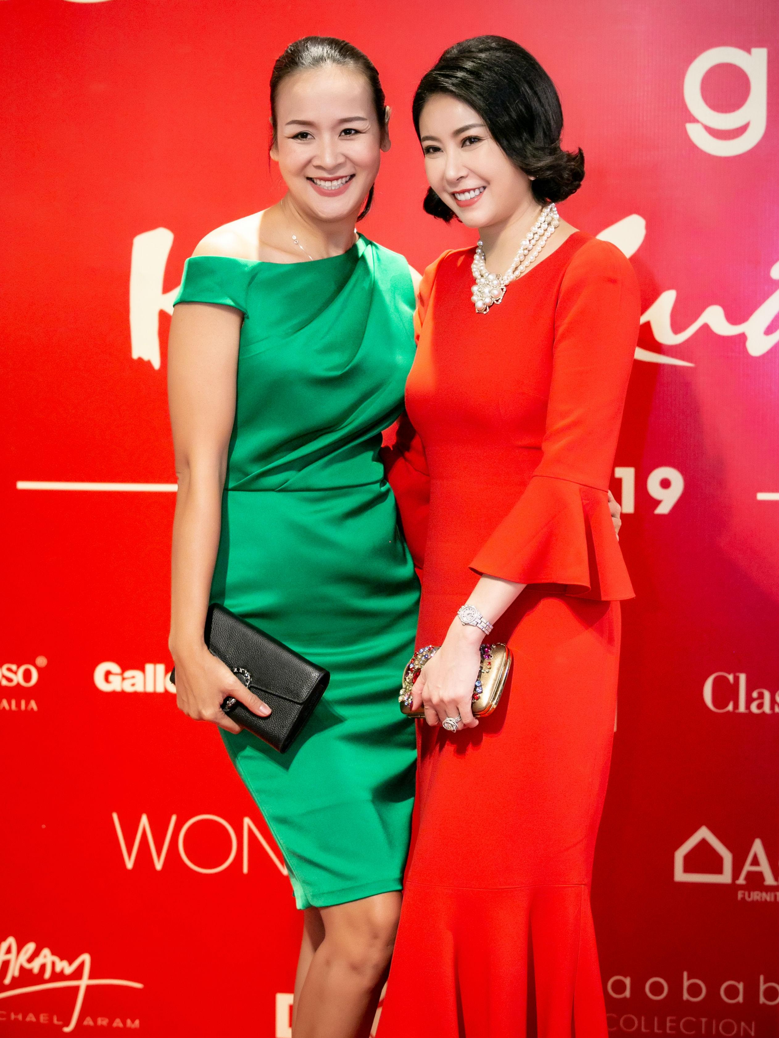 Hà Kiều Anh và Trần Bảo Ngọc hội ngộ. Dù trang phục của hai người đẹp có gam màu hoàn toàn đối lập nhưng khi đứng bên nhau vẫn rất hài hòa, ăn ý.