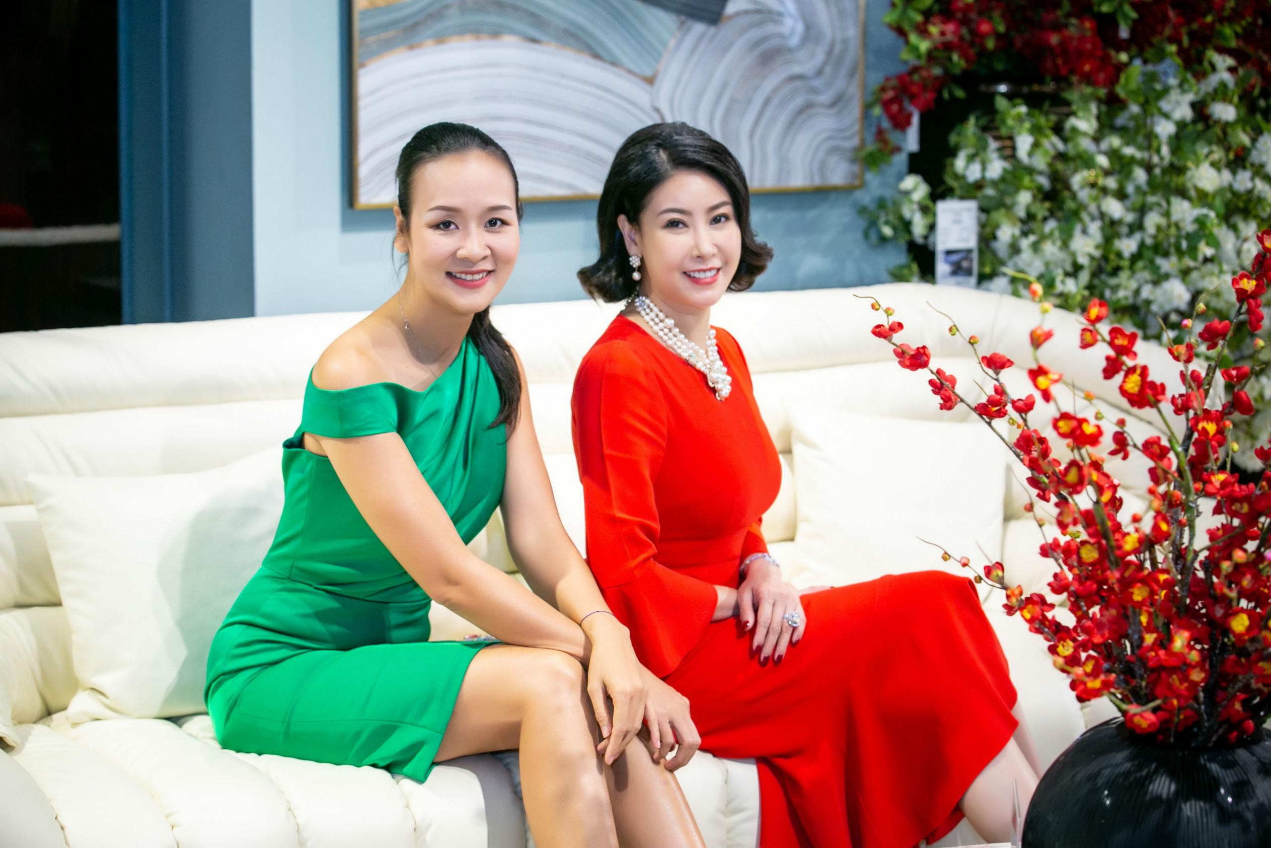 Dù đã ở tuổi tứ tuần nhưng hai người đẹp vẫn giữ được nhan sắc trẻ trung, rạng rỡ.