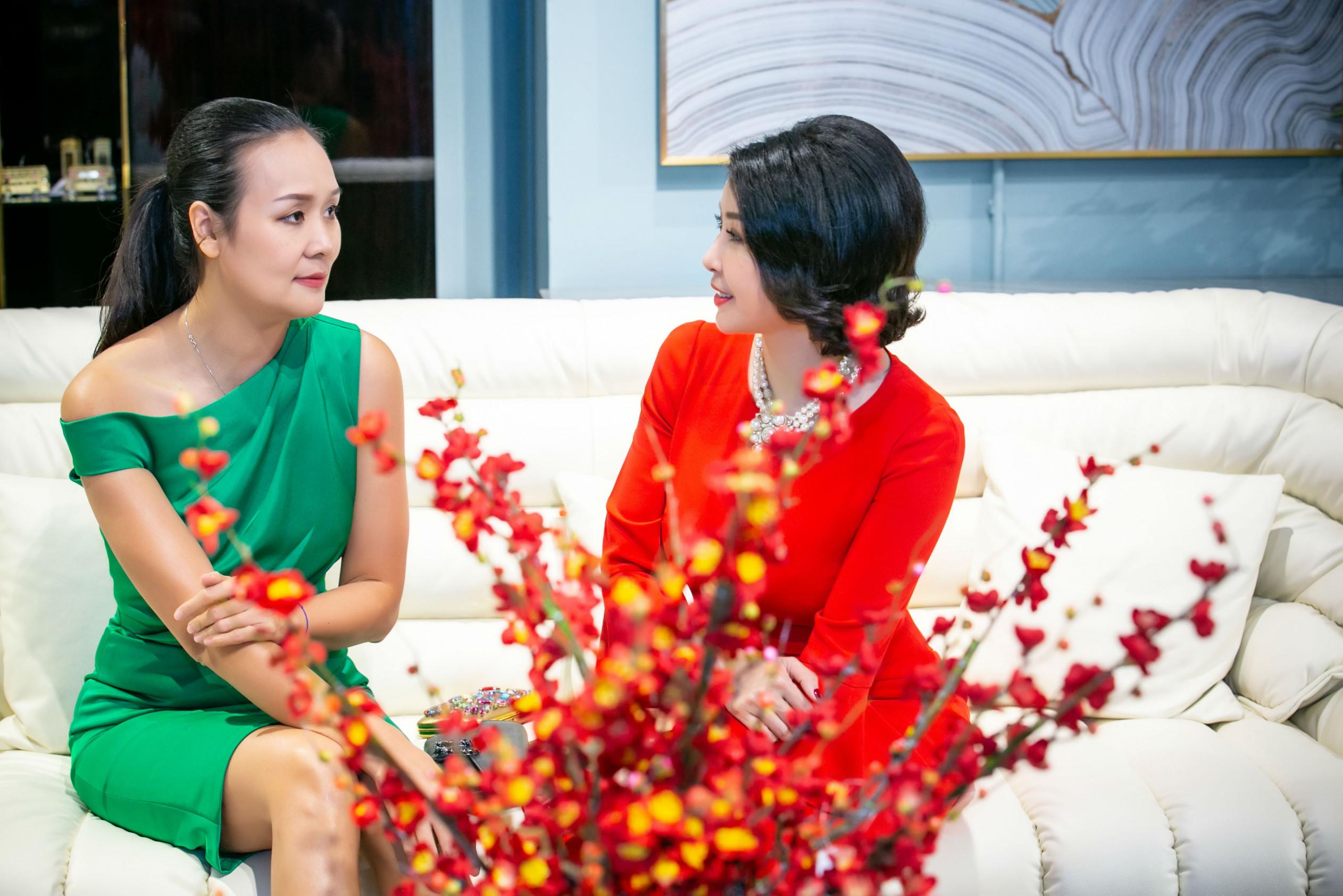 Hà Kiều Anh sinh năm 1976, Trần Bảo Ngọc sinh năm 1978, độ tuổi xấp xỉ nhau nên hai người dễ dàng chia sẻ được với nhau nhiều điều trong cuộc sống.