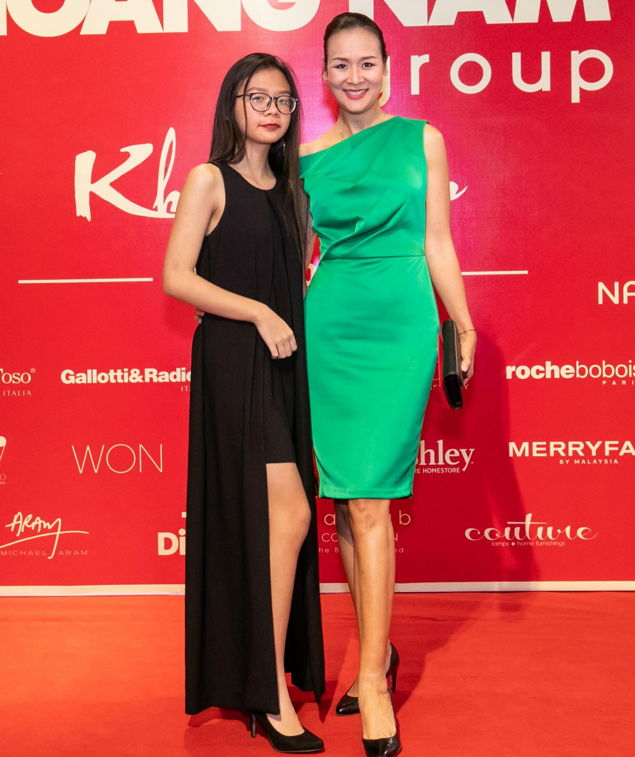 Trần Bảo Ngọc thuộc lứa người mẫu nổi tiếng đầu tiên của Việt Nam. Cô đoạt vương miện tại cuộc thi Hoa hậu PNVN Qua ảnh lần đầu tiên do Báo PNVN tổ chức vào năm 2000. Hoa hậu Trần Bảo Ngọc tới sự kiện cùng con gái Bảo Chân. Bảo Chân năm nay 17 tuổi, cô bé đã cao xấp xỉ người mẹ 1m76 của mình.
