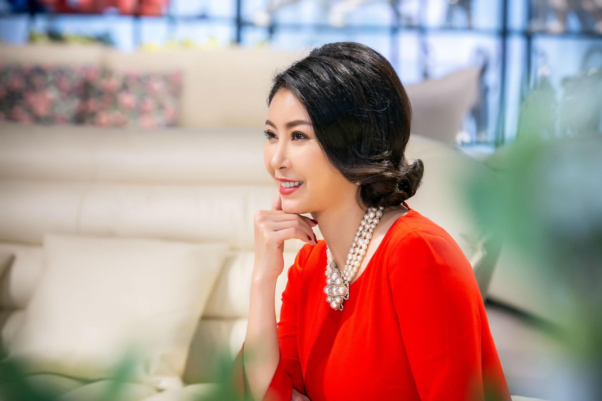 Hoa hậu Hà Kiều Anh quý phái, sang trọng khi diện đầm đỏ kết hợp cùng trang sức ngọc trai đắt tiền