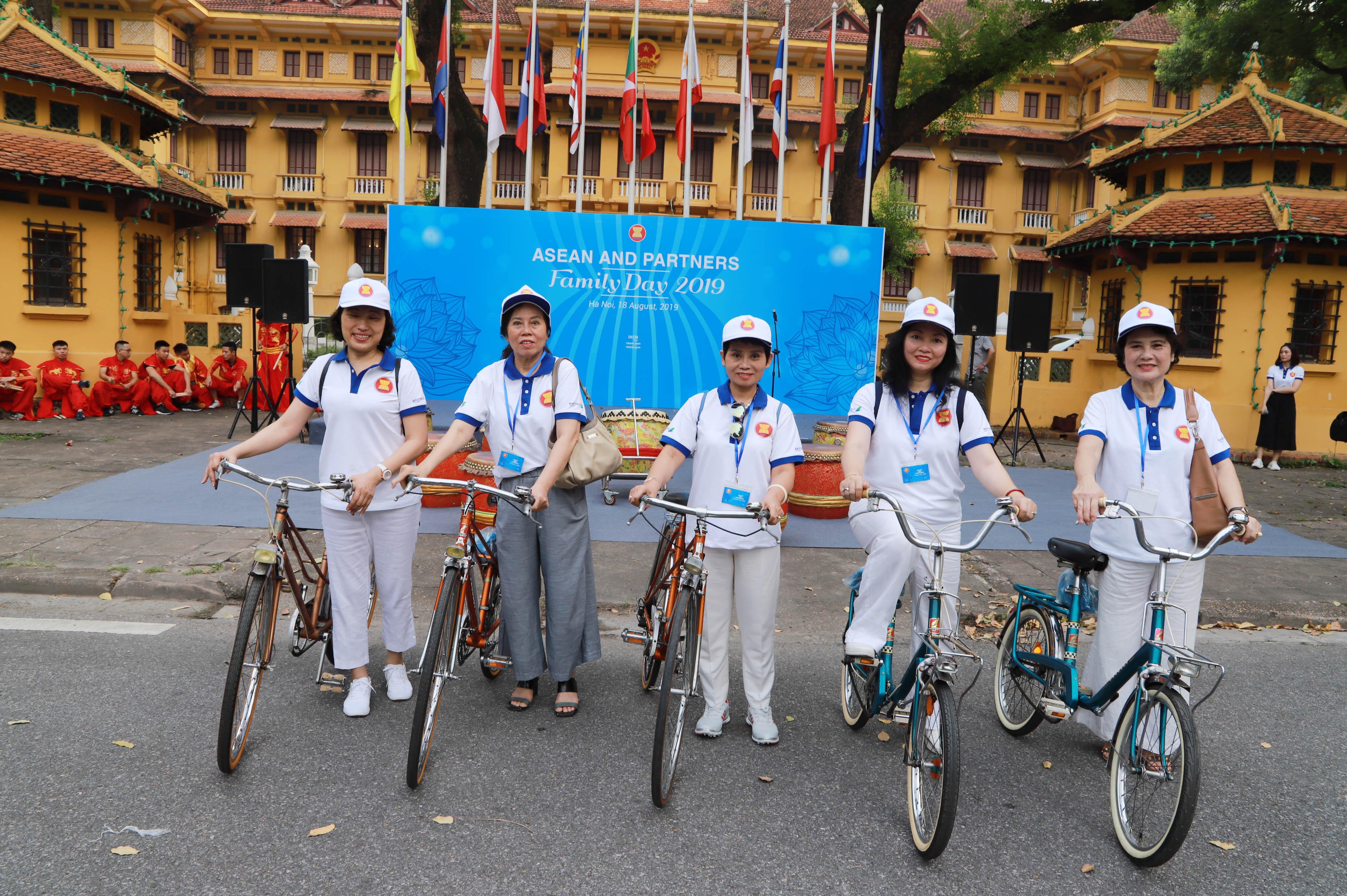 Thứ trưởng Nguyễn Quốc Dũng cũng cho rằng, đây là hoạt động góp phần nâng cao ý thức người dân, nhất là thế hệ trẻ, về bản sắc chung Cộng đồng ASEAN, hướng các nỗ lực của ASEAN thực sự vì người dân và lấy người dân làm trung tâm.