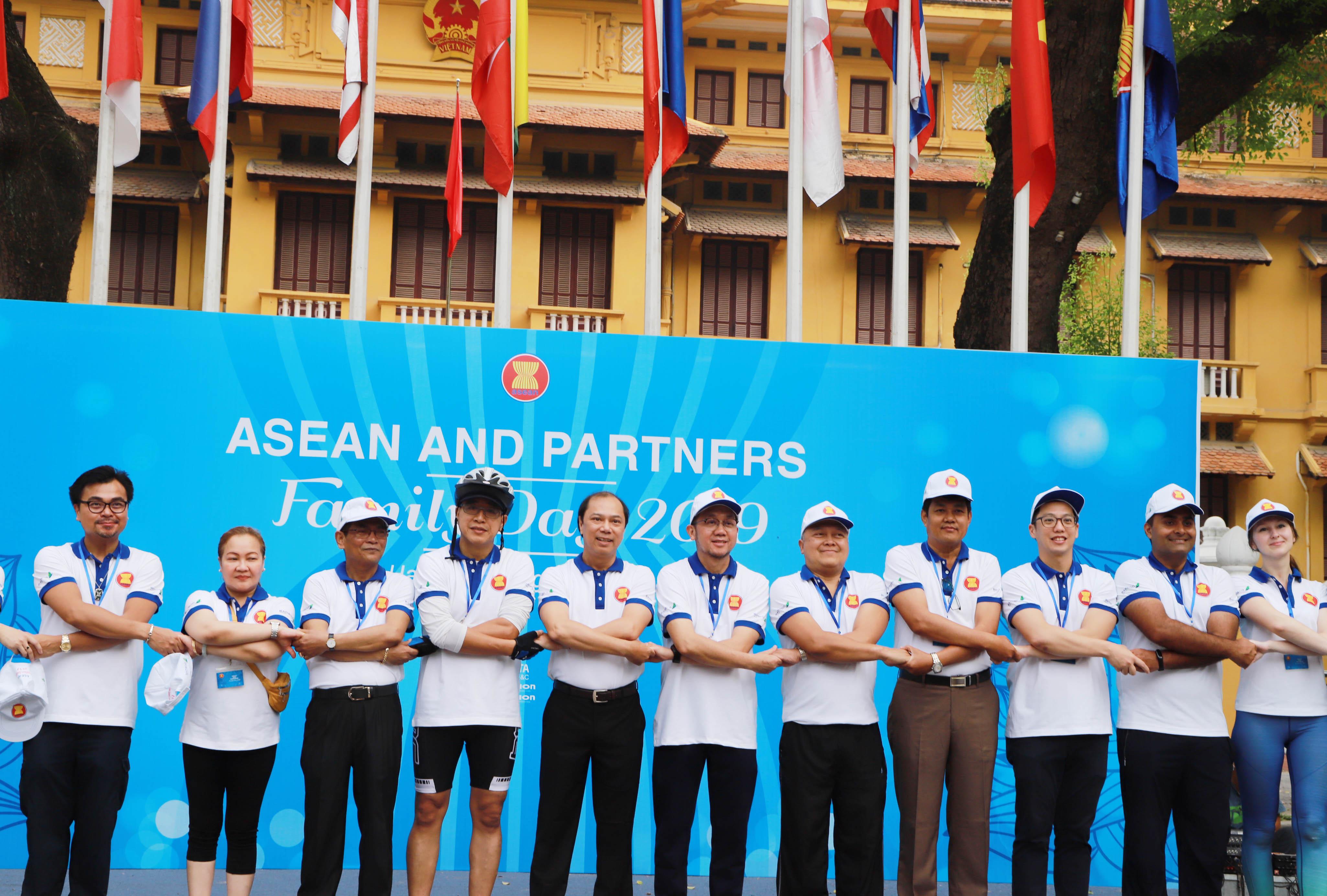 Ngày 18/8, tại Hà Nội đã diễn ra nhiều hoạt động sôi nổi trong khuôn khổ Ngày Gia đình ASEAN 2019. Đây là sự kiện do Bộ Ngoại giao và Nhóm Phụ nữ Cộng đồng ASEAN tại Hà Nội (AWCH) phối hợp tổ chức.