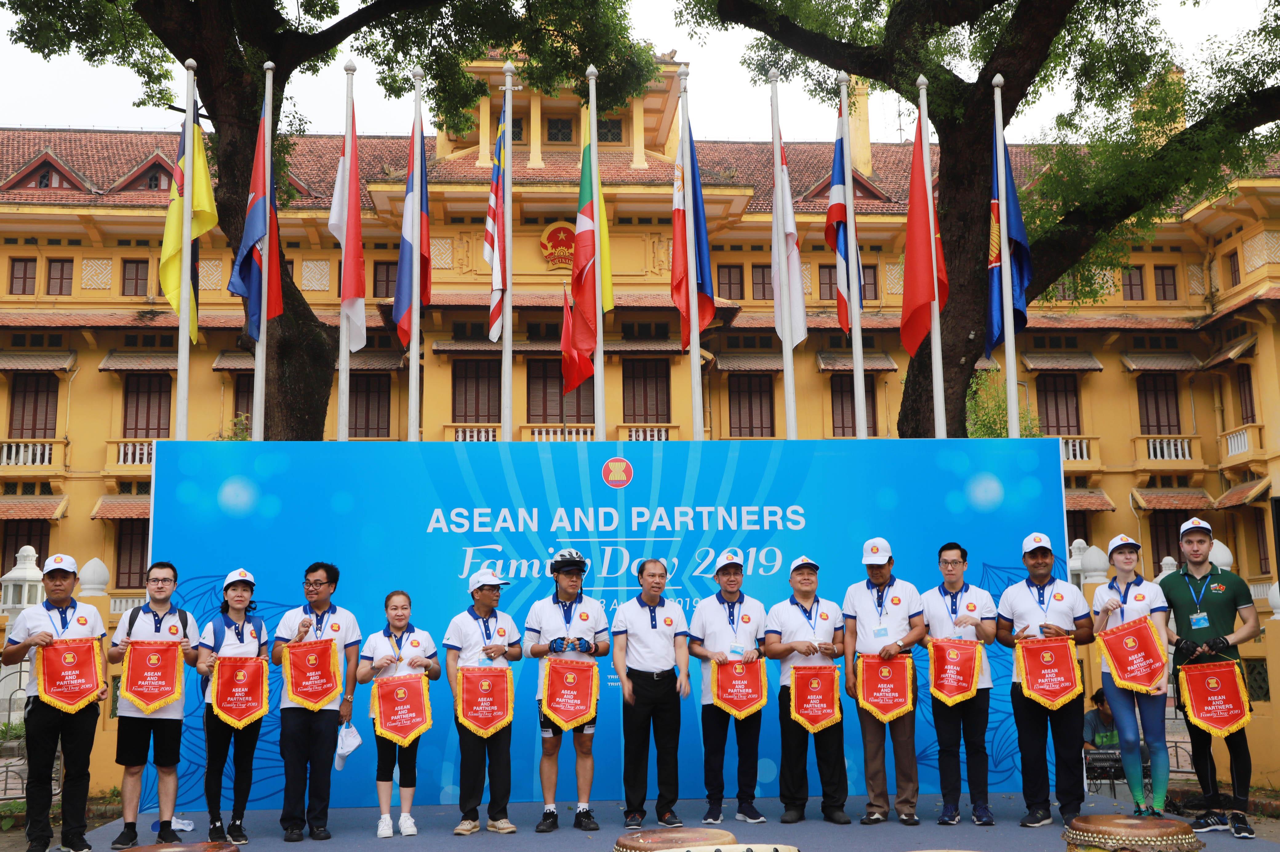 Hơn nửa thế kỷ qua, ASEAN đã phát triển để trở thành một cộng đồng hòa bình, kiên cường và thịnh vượng của 10 quốc gia Đông Nam Á; một đối tác đáng tin cậy của tất cả các nước trong khu vực và thế giới vì mục tiêu hòa bình, đối thoại và hợp tác. Đây là dịp để các thành viên đại gia đình ASEAN tăng cường hiểu biết lẫn nhau, thắt chặt tình đoàn kết và hữu nghị.