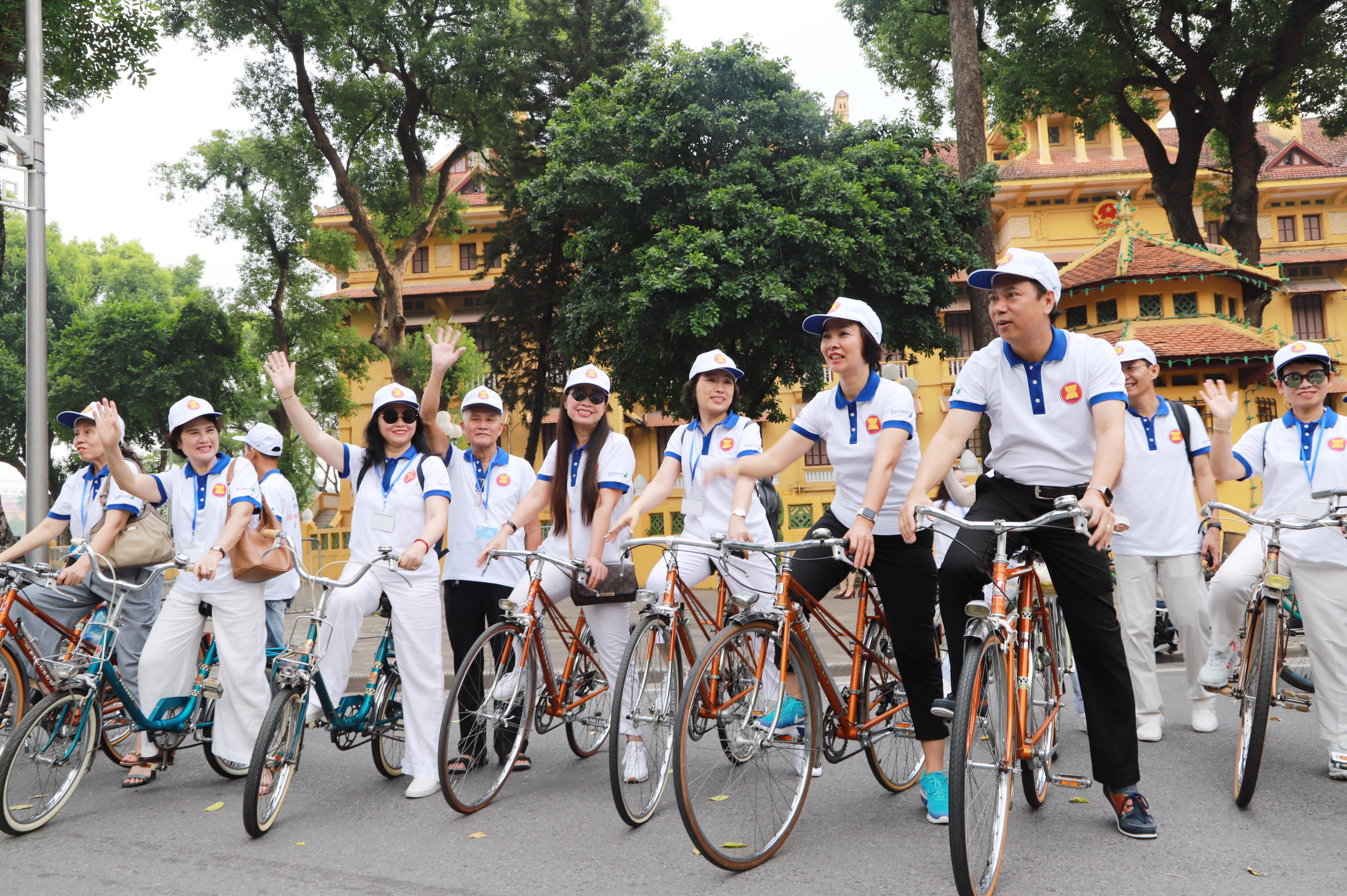 Thứ trưởng Bộ Ngoại giao Nguyễn Quốc Dũng và các đại biểu tham gia đạp xe. Ông Nguyễn Quốc Dũng bày tỏ mong sau này ASEAN có những hoạt động chung: Thi đấu thể thao có riêng đội ASEAN mang màu cờ sắc áo ASEAN hay có những cuộc thi quốc tế mà có đại diện của ASEAN chứ không phải từng nước của ASEAN.