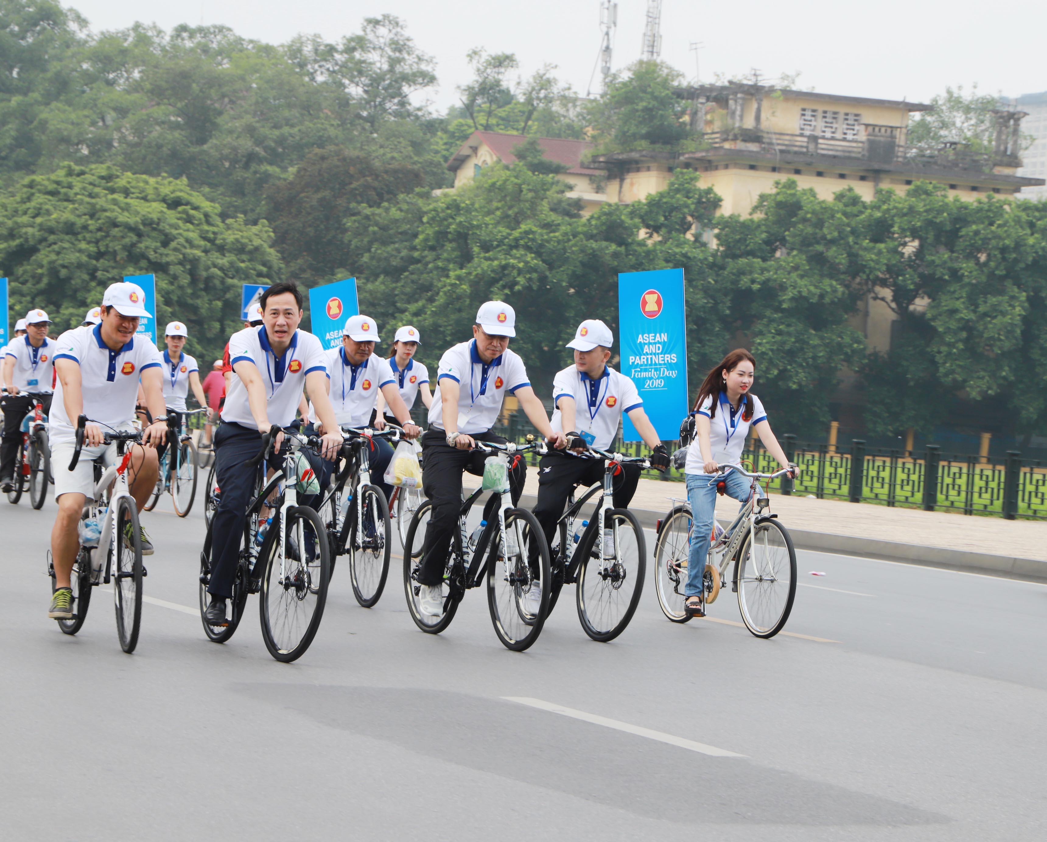 Vượt qua quãng đường gần 10 km trong tiết trời nắng nóng, các đại biểu đã cùng nhau thể hiện sức mạnh tập thể, lòng quyết tâm và tinh thần tương trợ lẫn nhau, vốn là truyền thống tốt đẹp của các dân tộc trong cộng đồng các quốc gia Đông Nam Á.