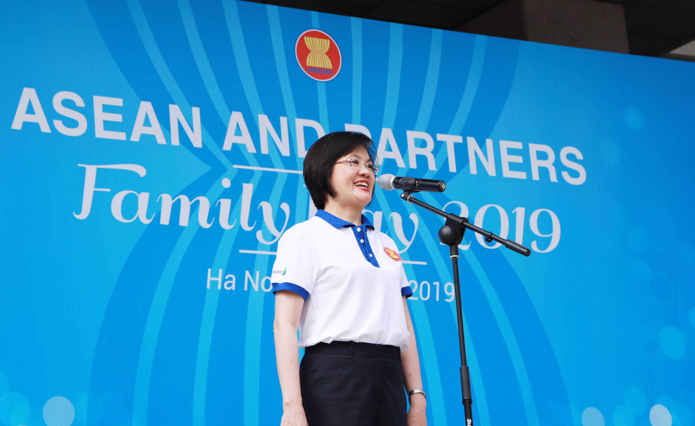 Tham dự chương trình giao lưu, Đại sứ Nguyễn Nguyệt Nga, Chủ tịch Danh dự AWCH nêu bật ý nghĩa của Ngày Gia đình ASEAN, vừa là dịp để các thành viên đại gia đình ASEAN thêm gắn bó, sẻ chia.