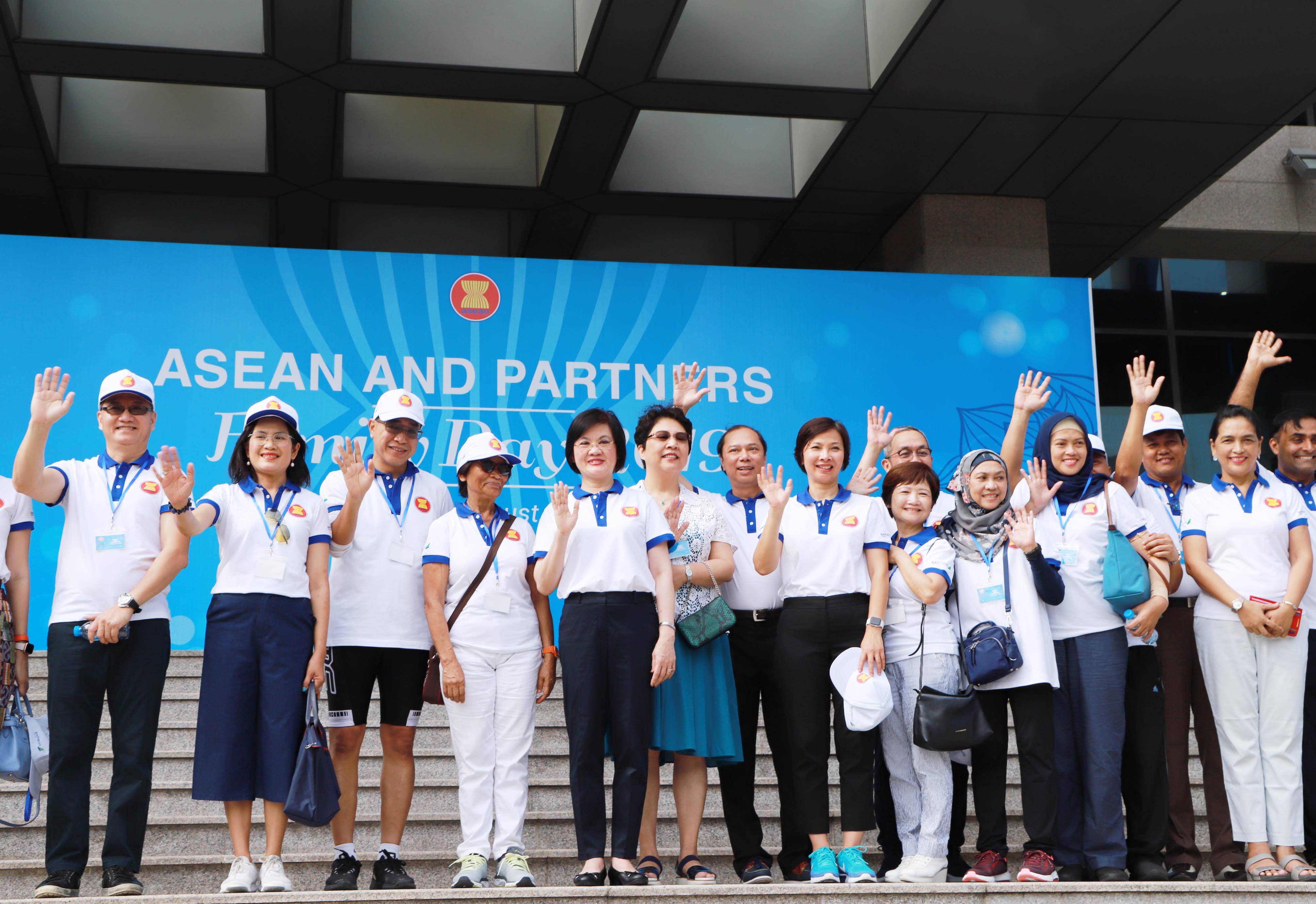 Đại sứ Nguyệt Nga nhấn mạnh, đối với phụ nữ, một Cộng đồng ASEAN hòa bình, gắn kết có ý nghĩa lớn lao vô cùng. Là những người mẹ, người vợ, người chị, người em, phụ nữ không chỉ là 50% mà là những người tạo dựng nên, nuôi dưỡng những tình cảm. Để tạo bản sắc chung của Cộng đồng ASEAN, chính những người phụ nữ sẽ là những người rất quan trọng.