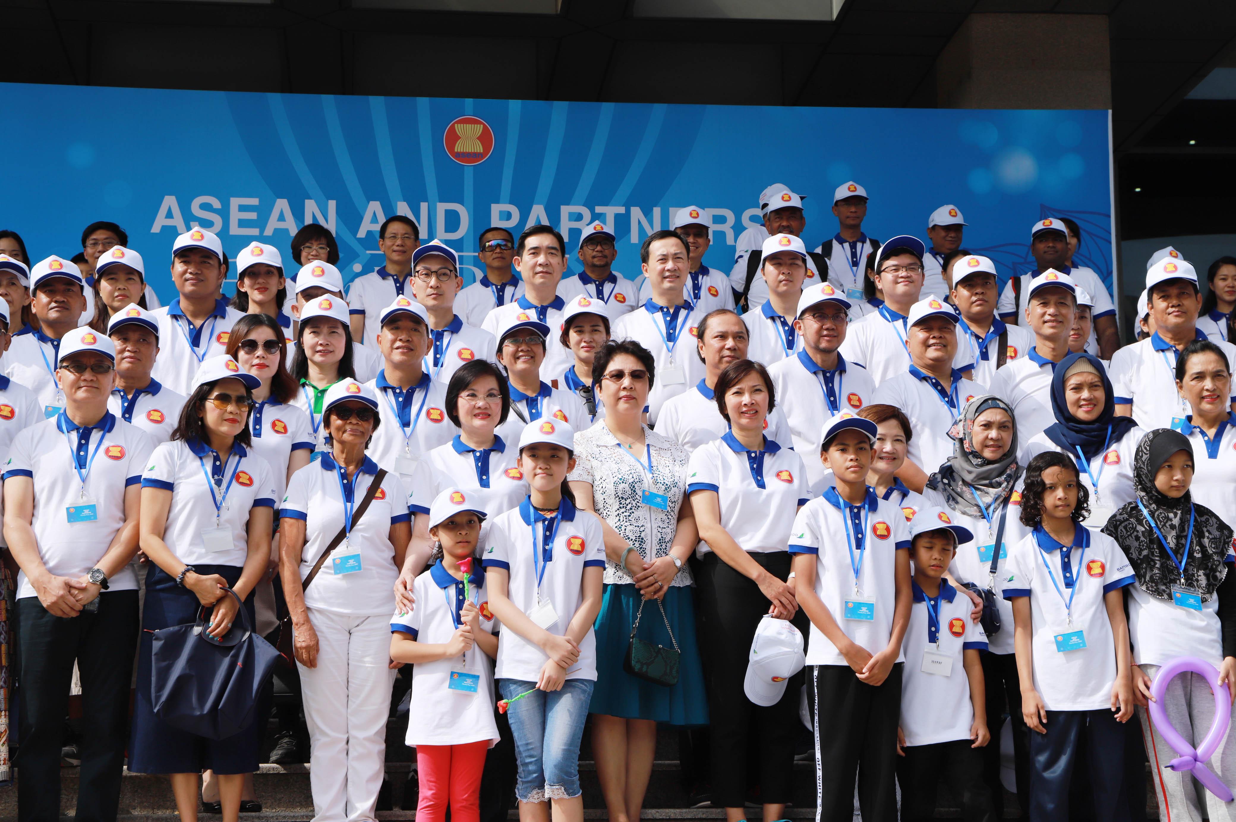 Ngày Gia đình ASEAN 2019 được mở rộng hơn nữa với sự tham gia của các gia đình và bạn bè là đối tác của ASEAN; cùng chia sẻ khát vọng tình hữu nghị, đoàn kết, hiểu biết và hợp tác lẫn nhau.