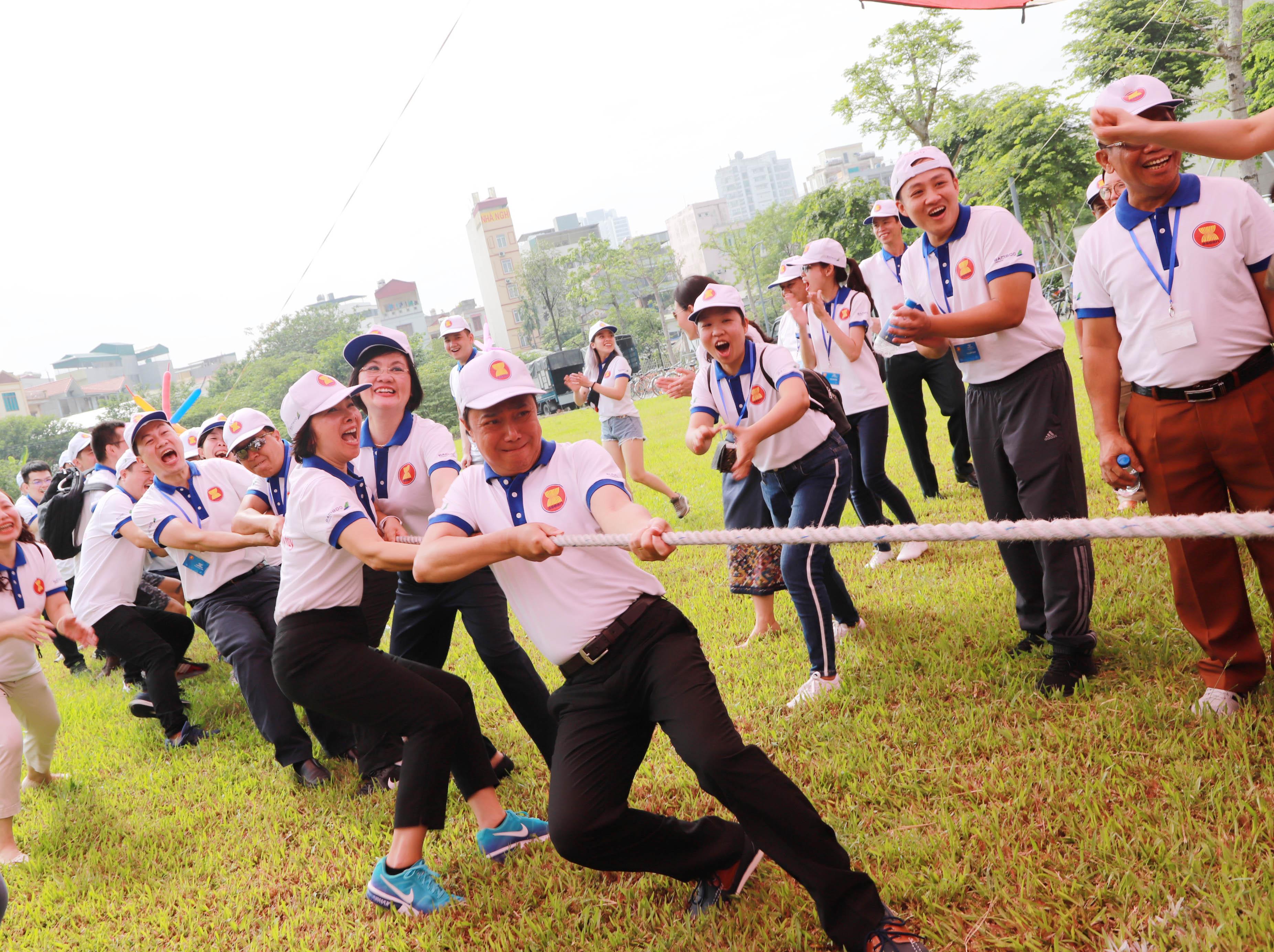Thứ trưởng Bộ Ngoại giao Nguyễn Quốc Dũng cùng phu nhân, Đại sứ Nguyễn Nguyệt Nga tham gia trò chơi kéo co.