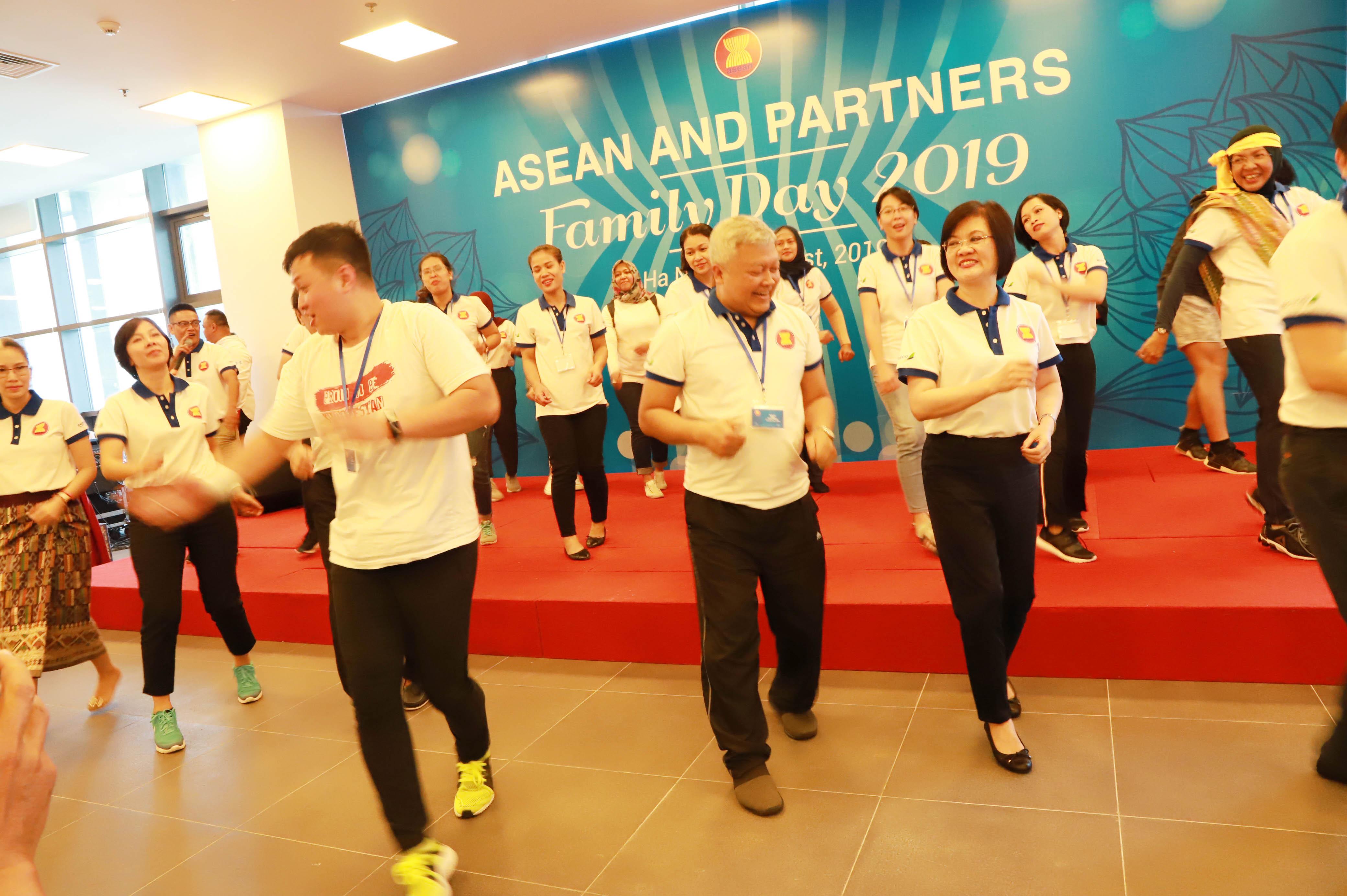 """200 người, trong đó có các Đại sứ, Đại biện, phu nhân, phu quân và cán bộ, nhân viên Đại Sứ quán các nước ASEAN và các đối tác ASEAN tại Hà Nội cùng gia đình đã tham gia cuộc """"đạp xe Hữu nghị"""" từ Trụ sở chính của Bộ Ngoại giao, Số 1 Tôn Thất Đàm tới Toà nhà làm việc mới tại Số 2 Lê Quang Đạo."""