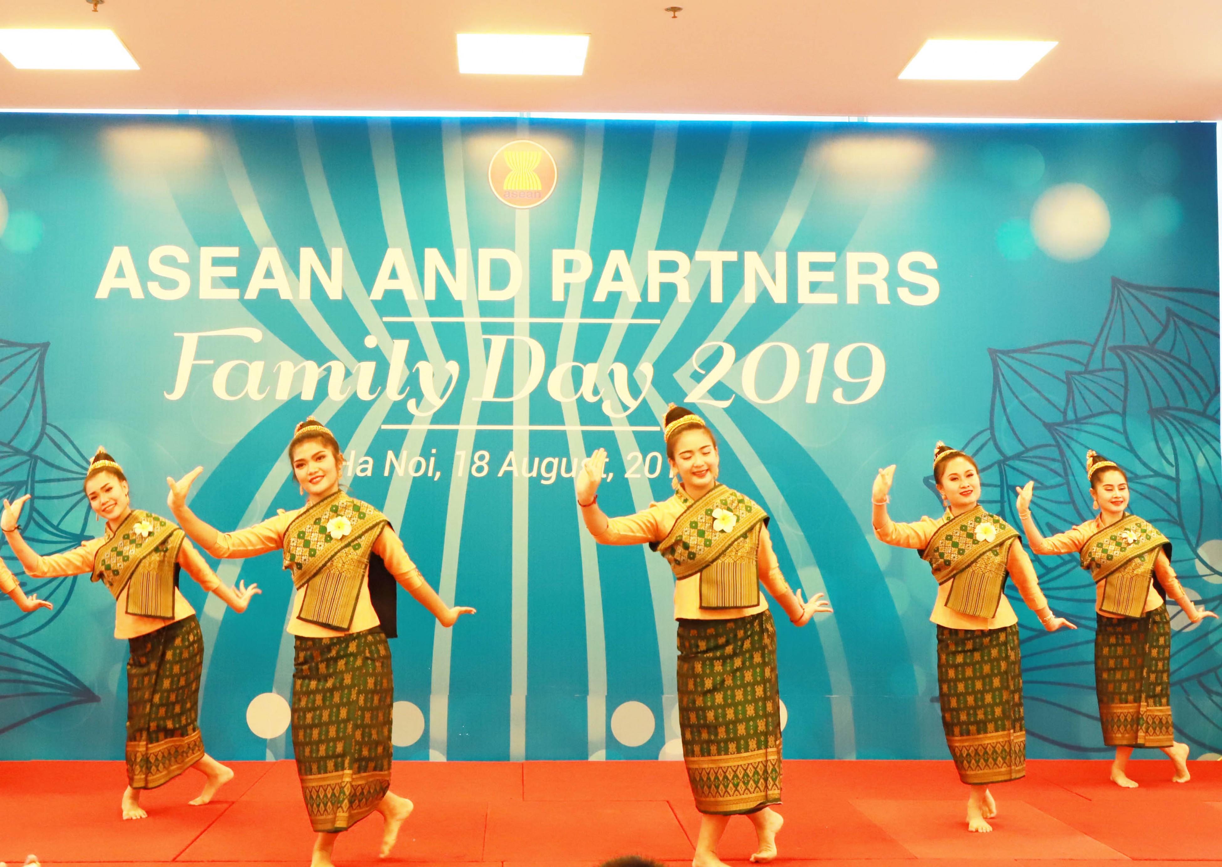 """ASEAN đang trong nửa chặng đường thực hiện Tầm nhìn Cộng đồng ASEAN 2025 với mục tiêu """"Tăng cường quan hệ đối tác vì sự bền vững"""" và phát triển toàn diện. Đại sứ cũng bày tỏ tin tưởng và khuyến khích thế hệ trẻ ASEAN tích cực học tập, trau dồi, phát huy tinh thần đoàn kết, tự cường và sáng tạo để tiếp tục xây dựng Cộng đồng ASEAN phát triển vững mạnh trong tương lai."""