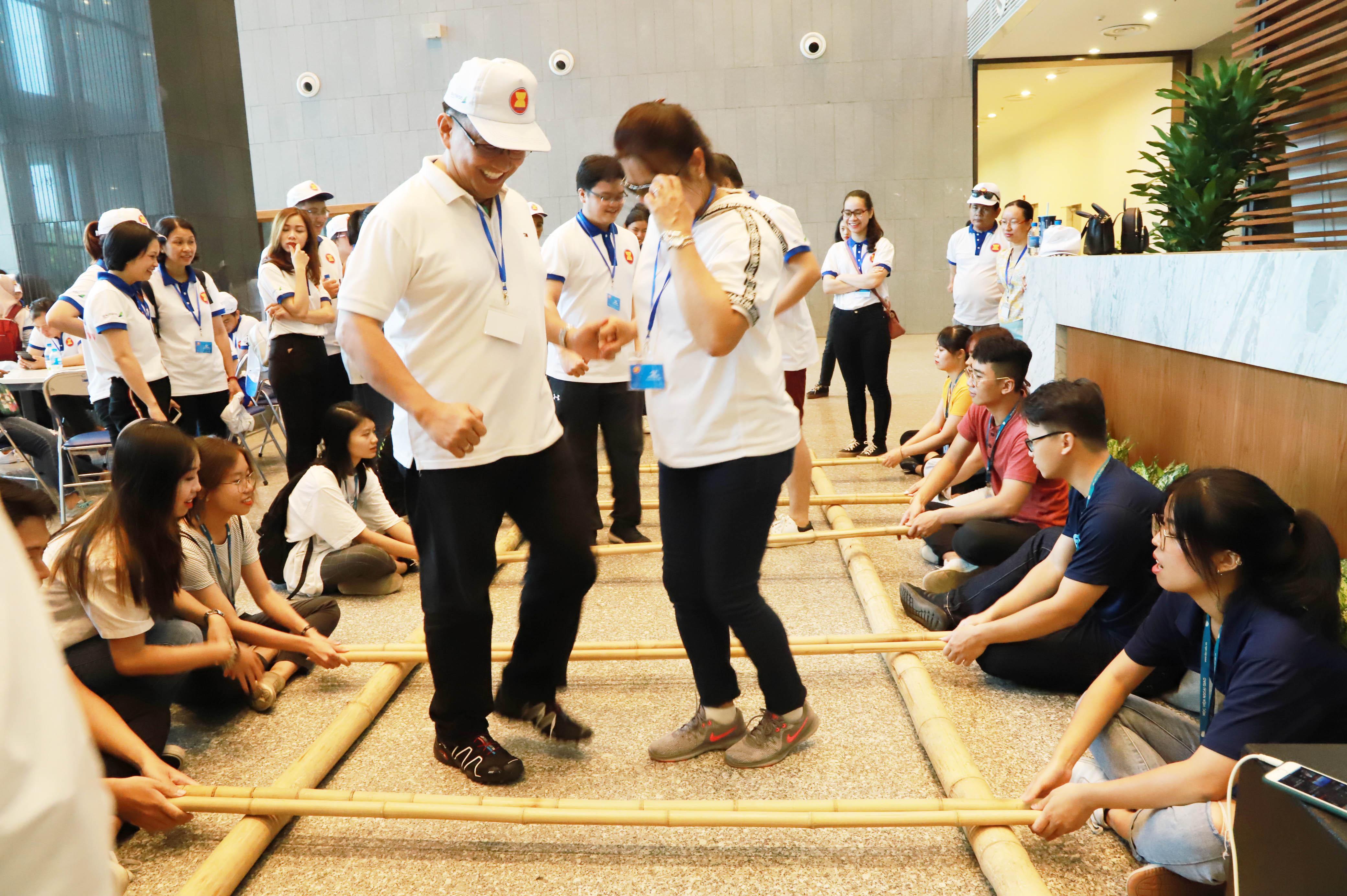 Màn múa sạp truyền thống của Việt Nam thu hút các nhà ngoại giao ASEAN.