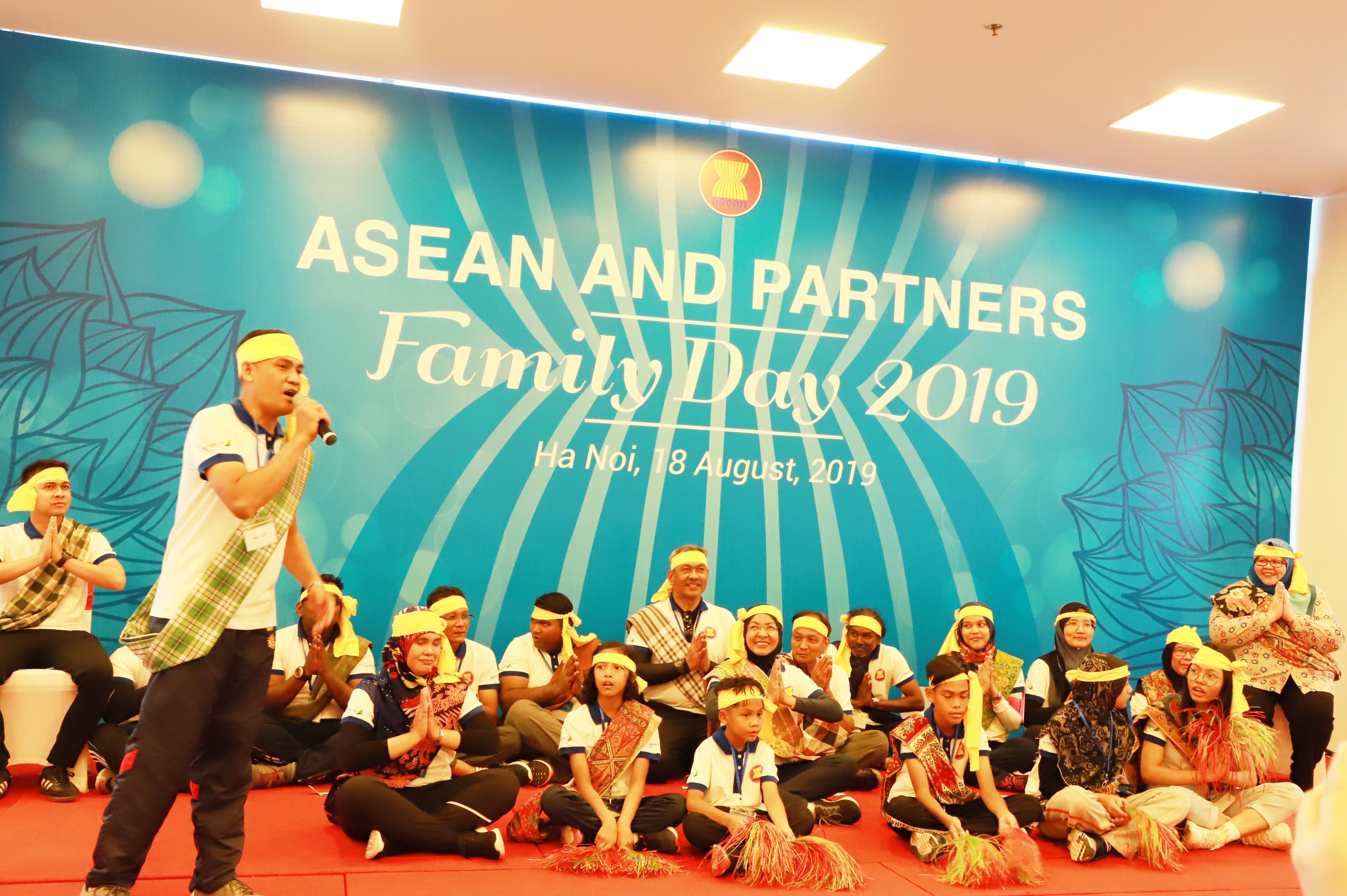 Các đại biểu và khách mời đều hứng khởi, tích cực tham gia vào các hoạt động tập thể, khám phá ẩm thực truyền thống và thưởng thức các tiết mục văn hóa, văn nghệ đặc trưng của các quốc gia thành viên.