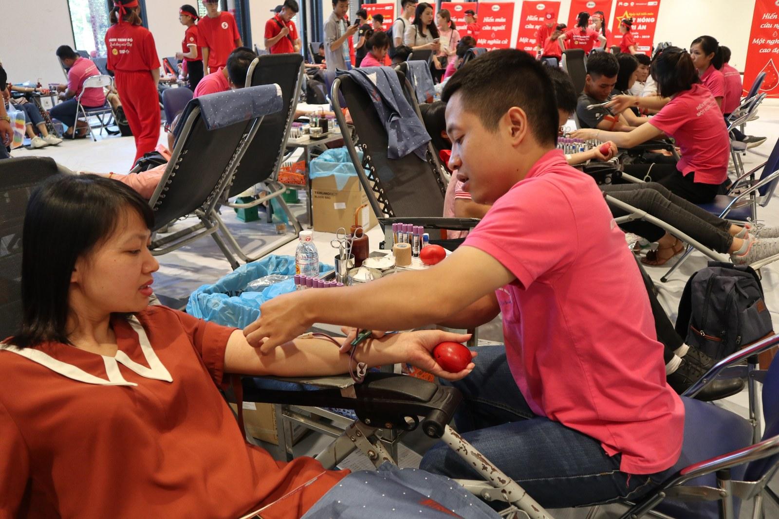 """Tính đến hết ngày 25/7, chương trình Hành trình Đỏ 2019 đã tiếp nhận được hơn 80.000 đơn vị máu và tại ngày hội hiến máu """"Giọt hồng tri ân"""", Ban tổ chức dự kiến tiếp nhận trên 3.000 đơn vị máu và sẽ tiếp nhận thêm 2.000 đơn vị máu tại Hải Dương."""