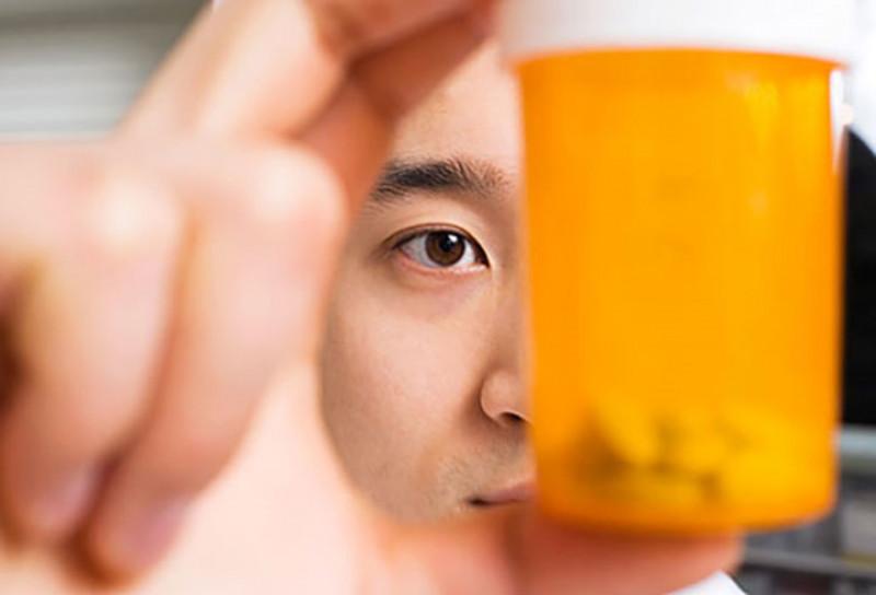 Thuốc men: Một số loại thuốc thông thường có thể gây ra rối loạn cương dương, bao gồm thuốc huyết áp, thuốc giảm đau và thuốc chống trầm cảm. Ngoài ra, một số chất gây nghiện như amphetamine, cocaine và cần sa có thể gây ra những vấn đề tình dục ở nam giới.
