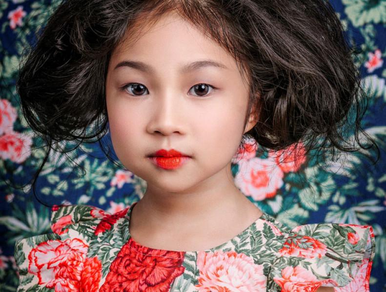 Họa tiết hoa với màu sắc sặc sỡ cùng cách trang điểm ấn tượng khiến cô bé này càng trở nên xinh đẹp.