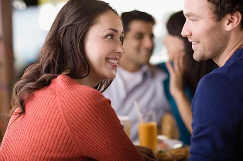 2.Thể hiện rõ ràng ý định của bạn: Khi hai người có thể trò chuyện với nhau, hãy chia sẻ cởi mở và chân thành những điều bạn muốn nói. Đừng mong đợi người khác phải đoán được tâm ý của bạn, bởi chẳng ai có thể hiểu hết bạn nghĩ gì. Hơn nữa, trò chuyện chân thành cũng giúp bạn gây dựng lại lòng tin đã từng đổ vỡ.