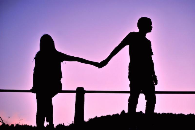 8.Có trách nhiệm: Hãy luôn là người chấp nhận trách nhiệm thậm chí cả khi bạn tin rằng mình không làm gì sai. Bởi điều ấy không chỉ khiến người ấy tin tưởng bạn mà còn giúp tạo dựng cầu nối gắn kết giữa hai người.