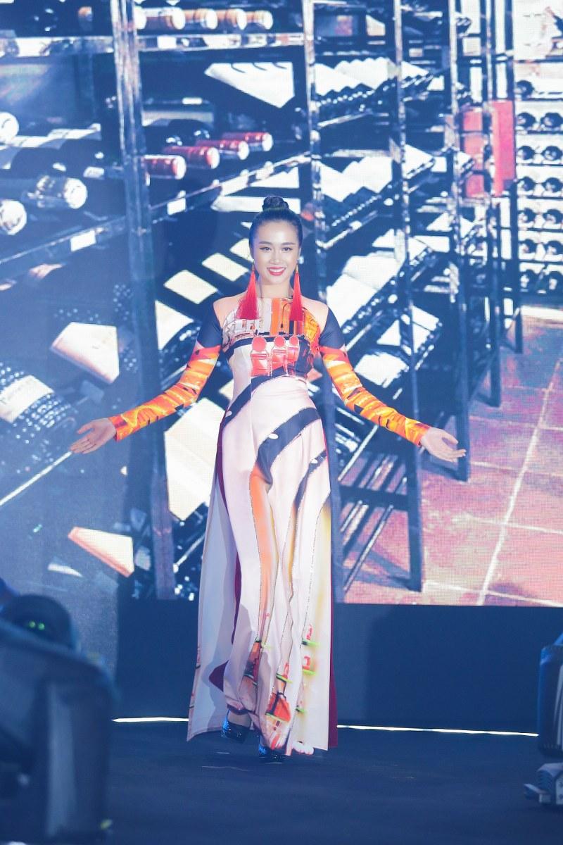 NTK Nhật Dũng luôn mong muốn thể hiện vẻ đẹp của Việt Nam trên áo dài để quảng bá du lịch Việt Nam vươn xa khắp thế giới
