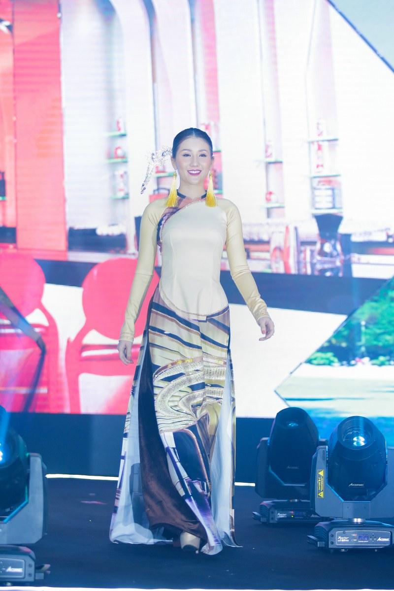 """Nhằm quảng bá du lịch Việt Nam và tôn vinh vẻ đẹp vùng miền của du lịch Hồ Tràm, NTK Nhật Dũng đã dày công tìm hiểu và thổi vào BST áo dài """"Hồ Tràm miền kí ức"""" những nét đẹp vốn có của miền biển Vũng Tàu"""
