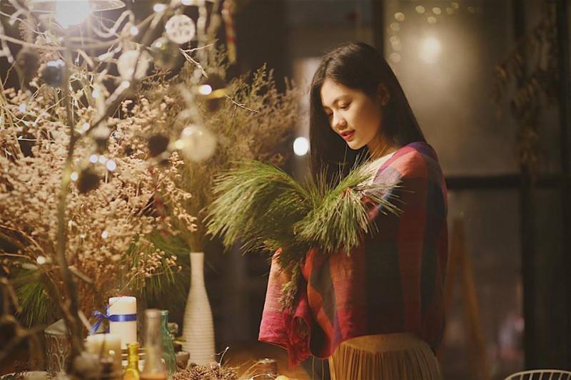 Điều thú vị là những bức hình này được chính bạn của Hương Giang chụp cho cô. Dù Hoa khôi ăn mặc khá giản dị, trang điểm nhẹ nhàng, nhưng hình ảnh của cô vẫn chinh phục được người xem bởi sự ngọt ngào, tinh tế.