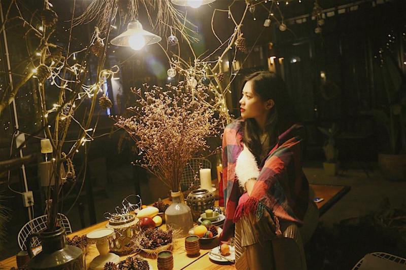 Cô cũng thực hiện một bộ ảnh mang màu sắc ấm áp, lãng mạn của Giáng sinh và năm mới ngay tại homestay mình trú ngụ ở thành phố hoa.