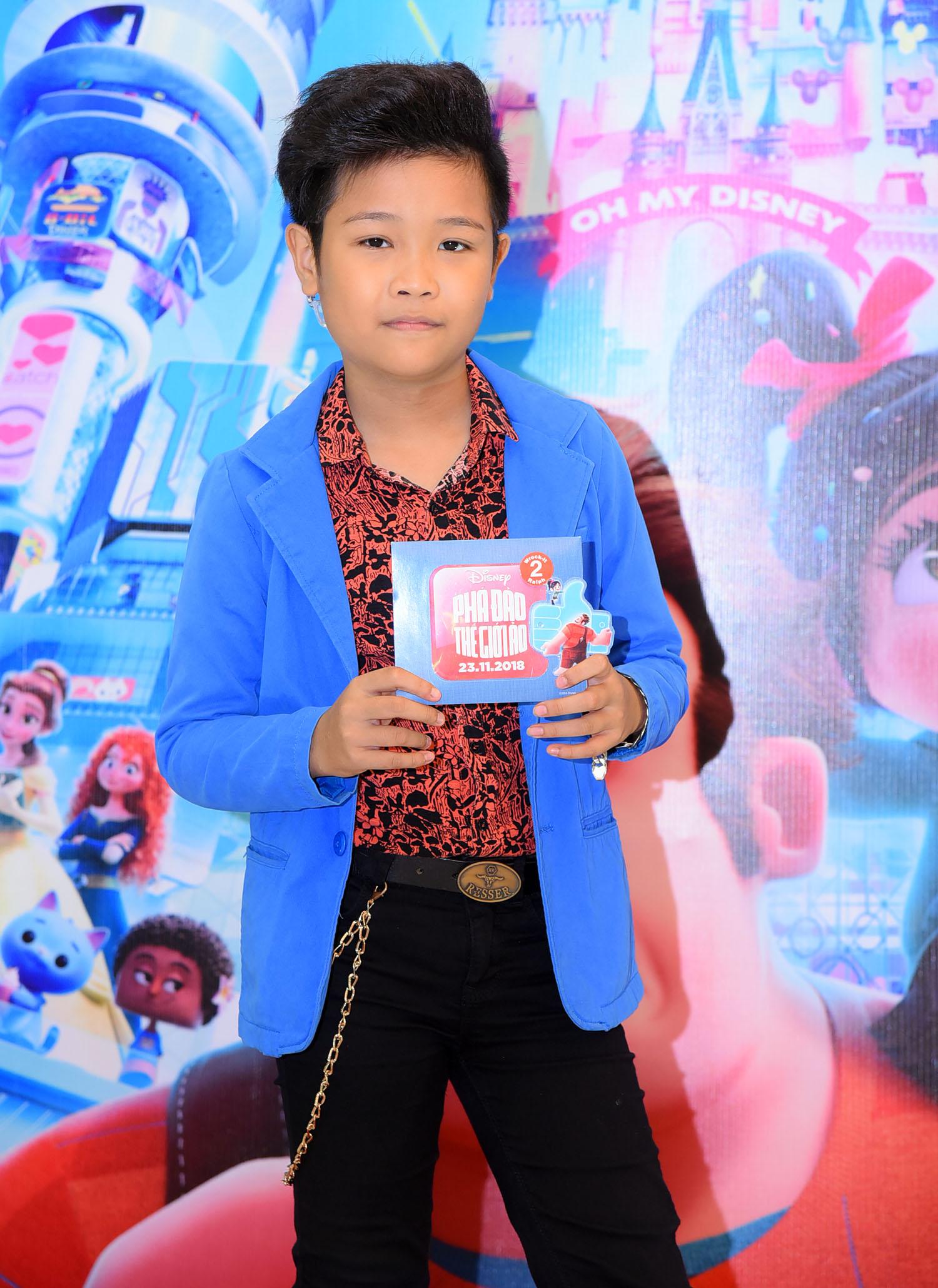 Bé Nhật Minh - Quán quân The Voice Kids 2016 - phấn khích được du ngoạn vào thế giới ảo