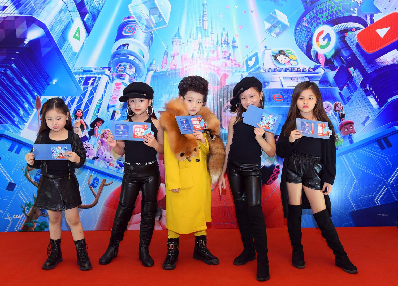 Bé Cao Hữu Nhật (giữa) - chủ nhân những bộ ảnh cosplay