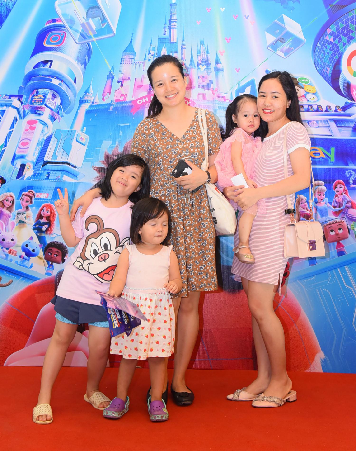 MC Minh Trang (váy hoa) cũng đưa con đi xem bộ phim yêu thích