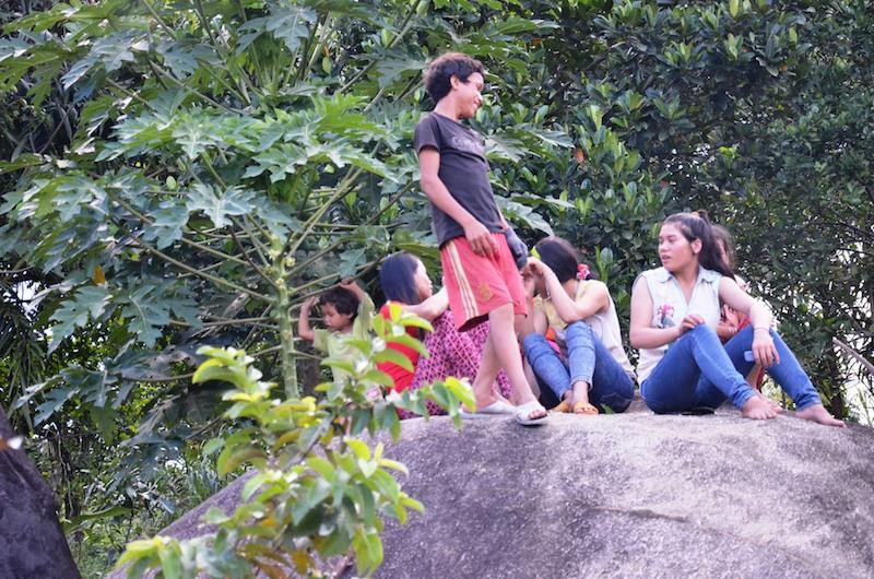 Những đứa trẻ nô đùa trên hòn đá to trước nhà. Dù không được nuôi dưỡng đầy đủ nhưng cả 13 đứa con đều khỏe mạnh.