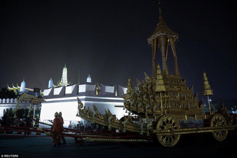 Xe chở linh cữu của nhà vua được thiết kế tinh xảo, các chi tiết đều được làm bằng tay. Có hàng trăm người kéo chiếc xe này, họ đi từ từ quanh hoàng cung. Thái Lan lấy đạo Phật làm quốc giáo; vì vậy, vị trí của các nhà sư rất được coi trọng. Vị Đại tăng thống của Thái Lan được rước trong buổi lễ.