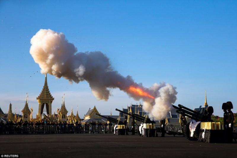 Buổi lễ cũng bao gồm màn bắn đại bác để tiễn đưa nhà Vua Thái Lan Rama 9.