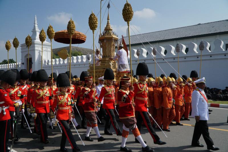 Đội cận vệ Hoàng gia Thái Lan diễu hành qua bức chân dung vị Vua quá cố.