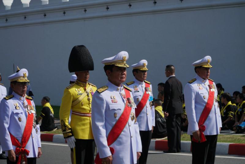 Thủ tướng đương nhiệm Prayuth Chan-ocha và một số quan chức trong chính phủ đi trước xe chở linh cữu của nhà vua