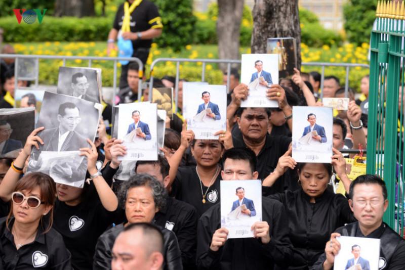 Rất đông người dân Thái Lan đã tới để tiễn biệt nhà vua, có người tới trước buổi lễ vài ngày. Theo ước tính, có khoảng 300.000 người đổ về trung tâm thủ đô Bangkok để trực tiếp theo dõi lễ hỏa táng thi hài Vua Rama 9. Khi đoàn Hoàng gia đi qua, những người dân Thái Lan đều quỳ rạp xuống tỏ lòng tôn kính.