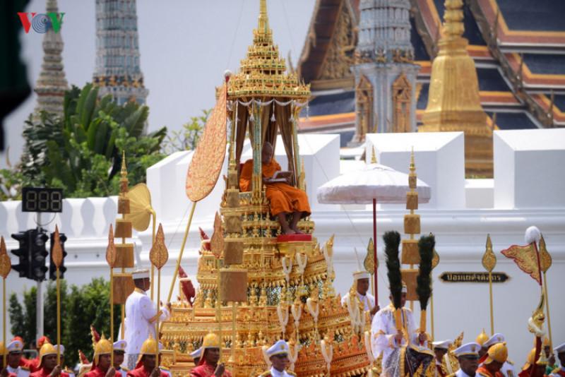 Đài hóa thân được xây dựng trong gần một năm, gần cung điện hoàng gia Thái Lan ở khu trung tâm lịch sử, văn hóa của Bangkok. Quần thể này có những tiểu cảnh tái hiện những dự án phúc lợi của vị vua lúc còn sống. Khu phức hợp hỏa táng được xây dựng trước Cung điện Hoàng gia ở thủ đô Bangkok. Công trình này bao gồm tám tòa tháp dát vàng - tượng trưng cho các ngọn núi thiêng, được trang trí bằng các phù điêu, tác phẩm điêu khắc mang tính tôn giáo mô tả các vị thần, linh vật như sư tử, voi...