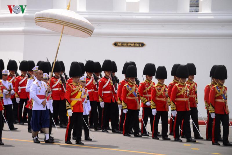 Quốc vương Maha Vajiralongkorn - Rama X, người kế vị Vua Bhumibol, là người chủ trì buổi lễ, đi sau linh cữu của vua cha. Ông sẽ thắp lửa đài hỏa táng vào lúc 22 giờ ngày 26/10.