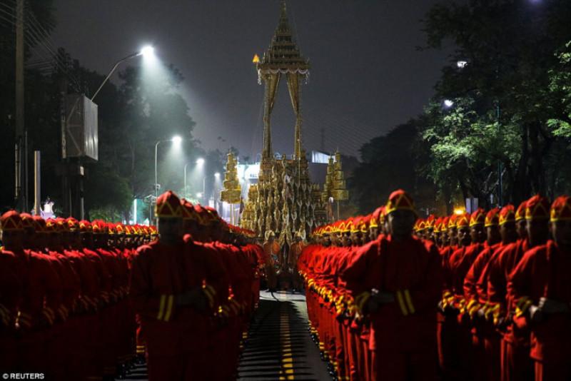 Thi hài vua Bhumibol được đặt trong một quan tài riêng biệt với bình tro cốt hoàng gia, một vật mang tính biểu tượng.