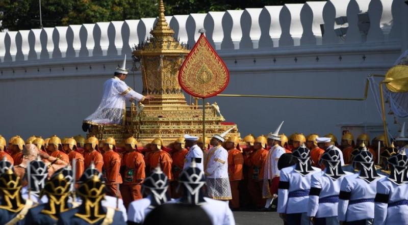 Xe rước linh cữu di chuyển đến đài hóa thân hoàn vũ tại quảng trường Sanam Luang để làm lễ hỏa táng. Đoàn rước linh cữu của nhà vua Rama IX bắt đầu khởi hành từ điện Dusit Maha Prasat bên trong Hoàng cung tới đài hoá thân ở quảng trường Sanam Luang.