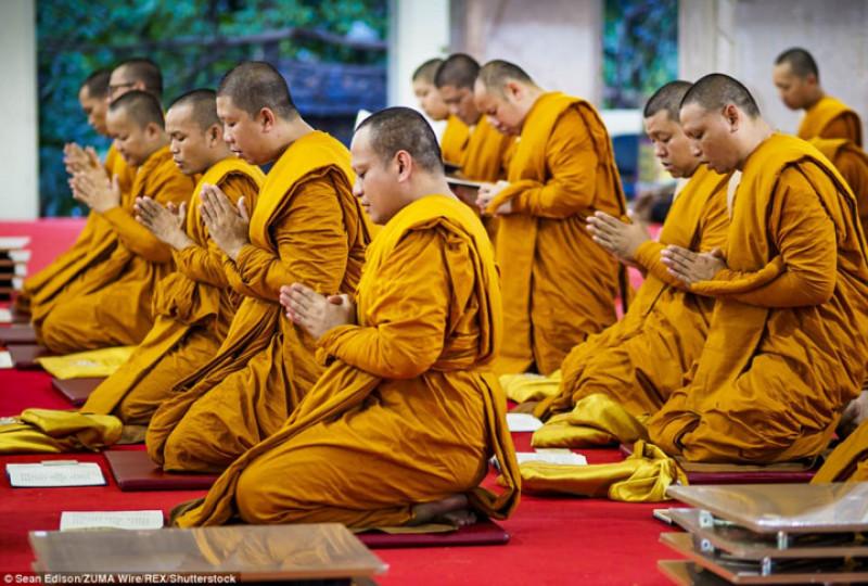 Các nhà sư đọc kinh cầu nguyện cho nhà Vua quá cố của Thái Lan.