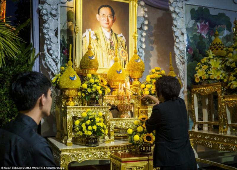 Người phụ nữ thắp nến cầu nguyện cho vị Vua quá cố trong một ngôi chùa ở Bangkok. Cố Vương Bhumibol Adulyadej băng hà ở tuổi 88 vào năm ngoái sau 7 thập kỷ tại vị. Ông được xem là nhân vật có ảnh hưởng quan trọng tại đất nước Thái Lan vốn đã trải qua không ít biến cố chính trị trong hơn nửa thế kỷ qua. Ông được xem là nhân vật có ảnh hưởng quan trọng tại một đất nước trải qua không ít biến động về chính trị trong hơn nửa thế kỷ qua.