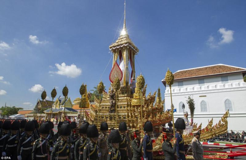 Công tác chuẩn bị tang lễ hoàng gia Thái Lan, bao gồm xây tổ hợp đài hóa thân, diễn ra trong gần một năm qua với chi phí 90 triệu USD. Theo thiết kế, giàn hỏa thiêu được trang trí bằng 600 tượng động vật, thần linh và các sinh vật trong đạo Phật, đạo Hindu. Nằm ở vị trí nổi bật là tượng những con chó cưng của cố quốc vương Bhumibol.