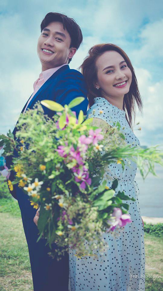 Trong khi đó, diễn viên Bảo Thanh cũng đăng tấm ảnh Thư và Vũ nhưng ở góc trực hiện tươi tắn và ngập tràn hạnh phúc. Cô viết ngắn gọn:
