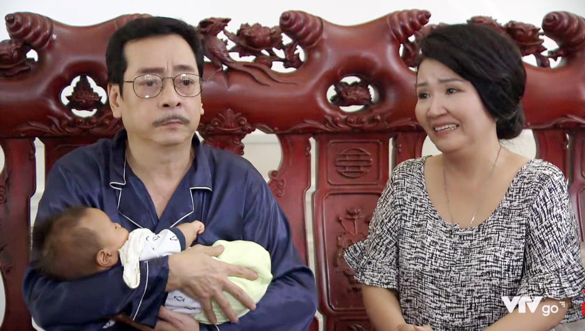 Với NSND Hoàng Dũng, trên trang cá nhân, ông đăng tấm ảnh xúc động vợ chồng ông bà Luật rưng rưng bên cu Bon cùng chia sẻ của 1 khán giả: