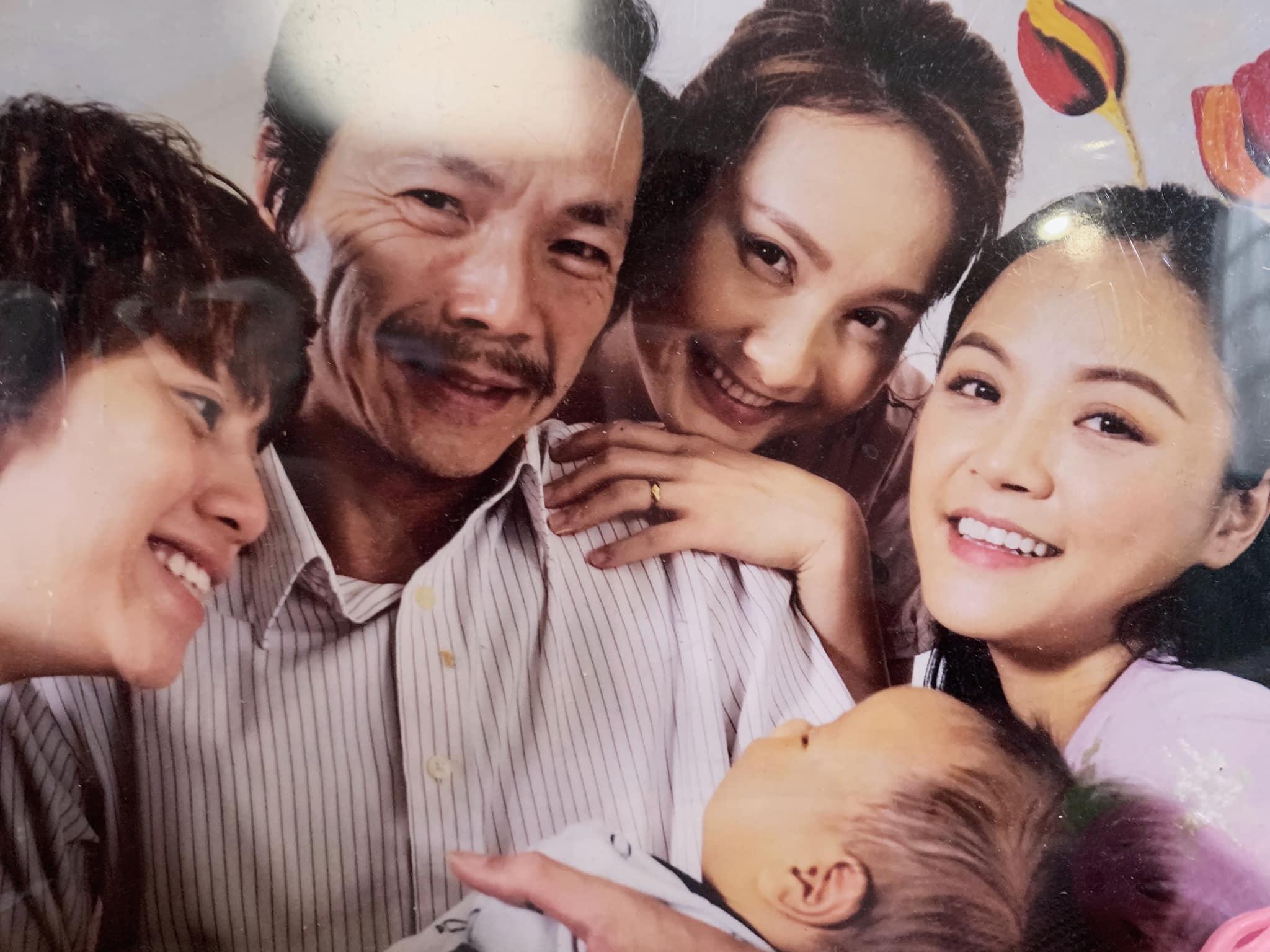 Diễn viên Bảo Hân (vai Ánh Dương) đăng tấm hình hạnh phúc của 3 chị em bên bố Sơn và cu Bon cùng dòng chia sẻ: