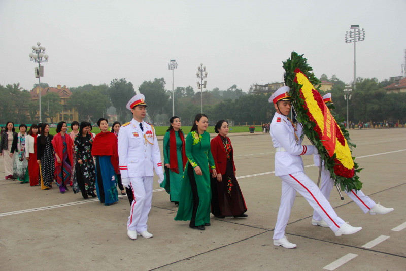 Ủy viên TƯ Đảng, Chủ tịch Hội LHPNVN Nguyễn Thị Thu Hà dẫn đầu Đoàn Chủ tịch TƯ Hội LHPNVN thành kính dâng vòng hoa vào Lăng viếng Chủ tịch Hồ Chí Minh.